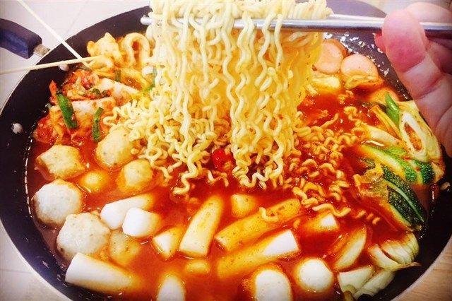 pha-dao-5-quan-lau-tokbokki-chinh-hieu-han-quoc-hup-het-van-con-them-b4b1b813636574150985042804.jpg